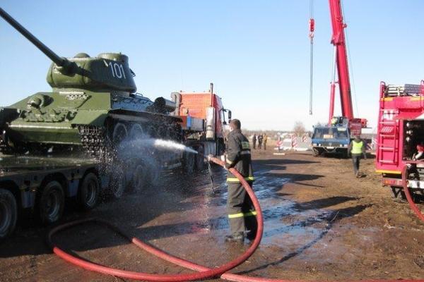 Пожарные моют танк перед монтажом