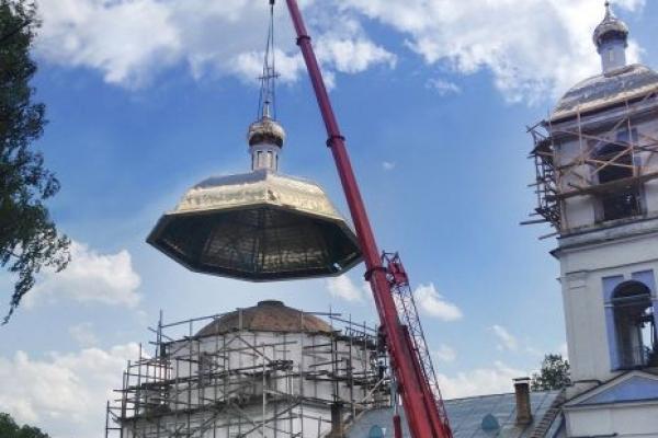 Автокран Krupp устанавливает купол храма