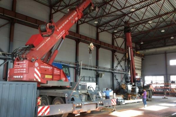 Подъем оборудования автокраном TEREX-DEMAG 70 тонн