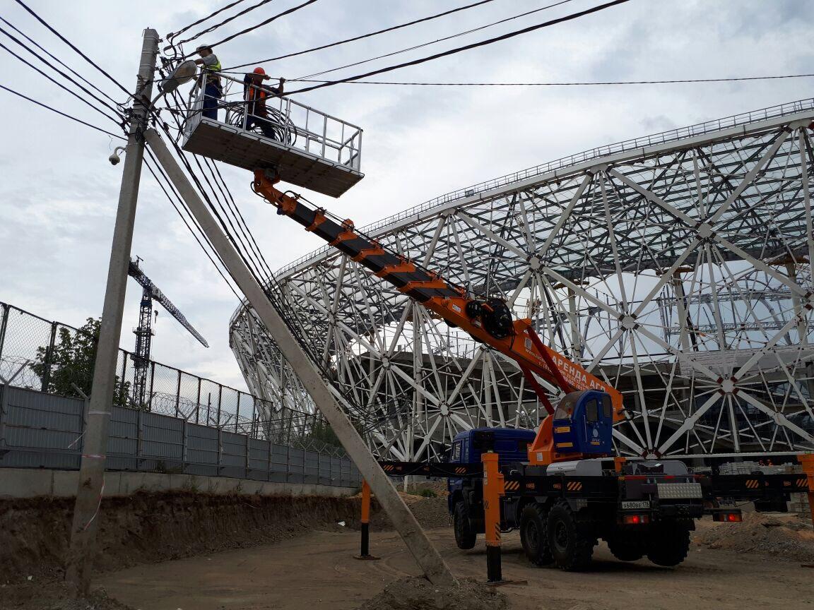 Автовышка Hansin HS450A выполняет работы на строительстве стадиона Волгоград Арена