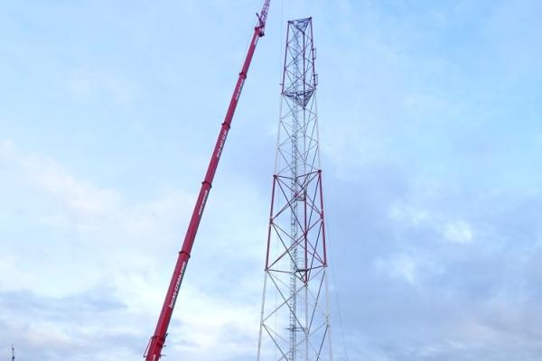 Автокран Liebherr поднимает груз на высоту до 79 м