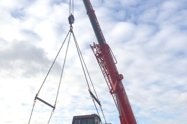 Автокран 130 т поднимает паровоз для подальшей погрузки
