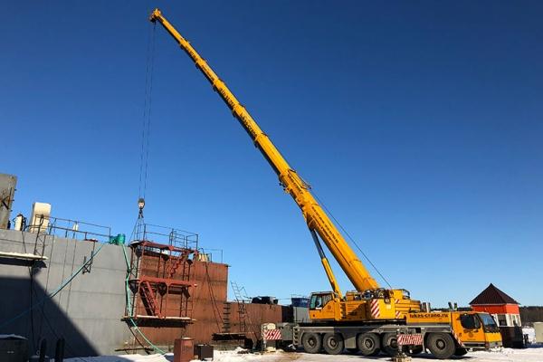 Автокран Либхер 200 т производит монтаж палубы судна