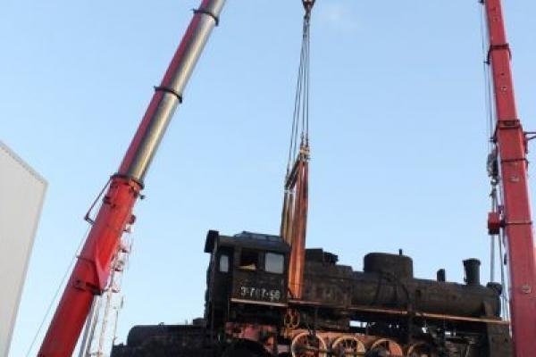 Монтаж паровоза автокранами на Американский мост
